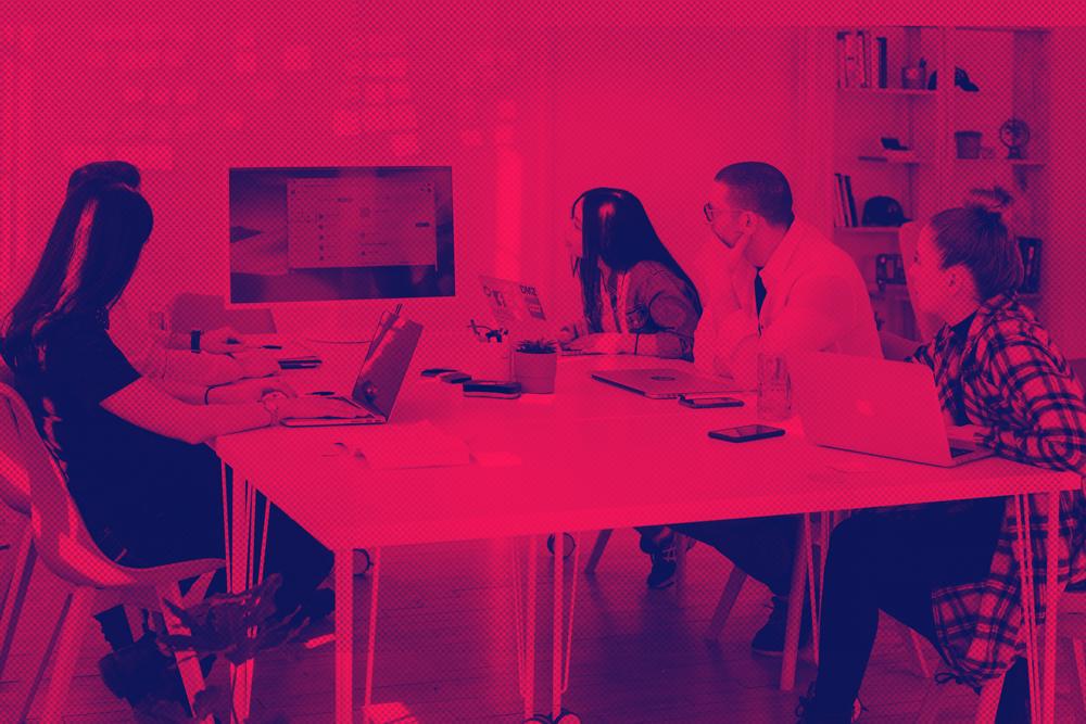 agiles-team-sitzt-an-einem-tisch-und-bespricht-im-sprint-planning-projektaufgaben